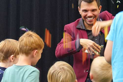 Kinderzauberer Jannis zaubert Bonbonregen mit Kindern